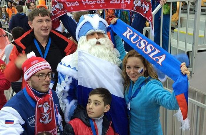 Дед Мороз поддерживает российских олимпийцев в Сочи