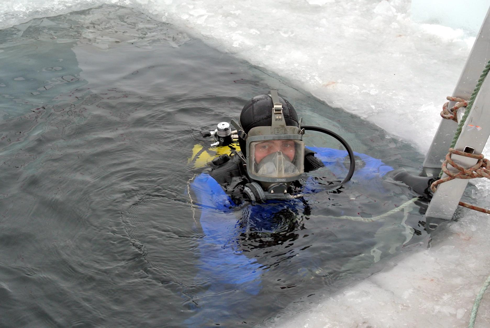 Вологодские водолазы отработали погружение под лед