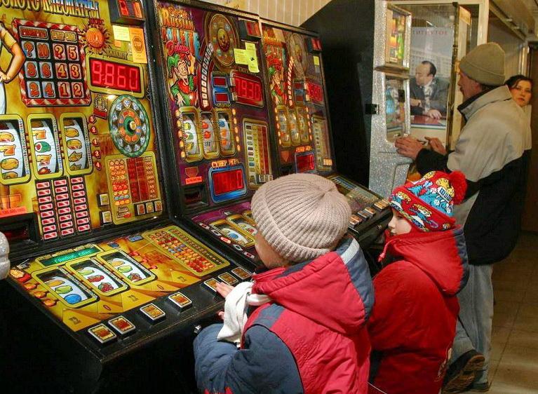 Родители школьников пожаловались на лотерейные автоматы на улицах Вологды