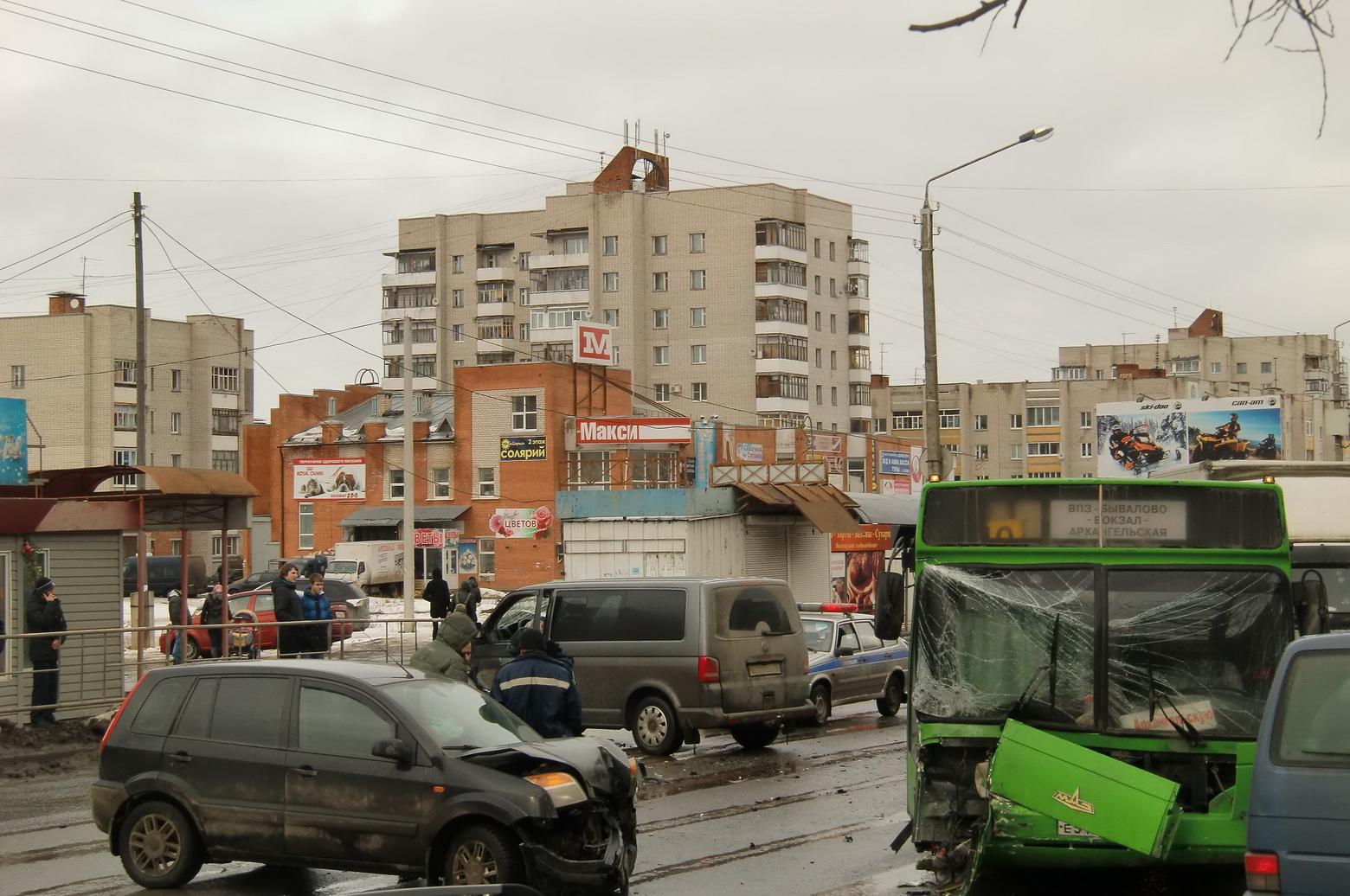 В Вологде столкнулись два автомобиля и автобус
