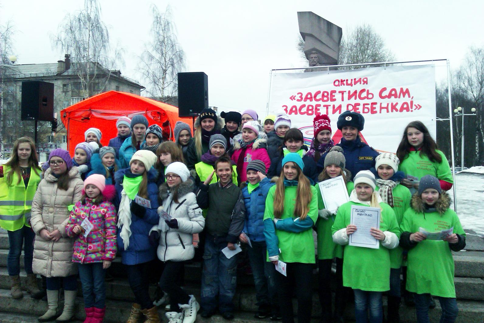 Инспекторы ГИБДД раздали фликеры школьникам в Вологде