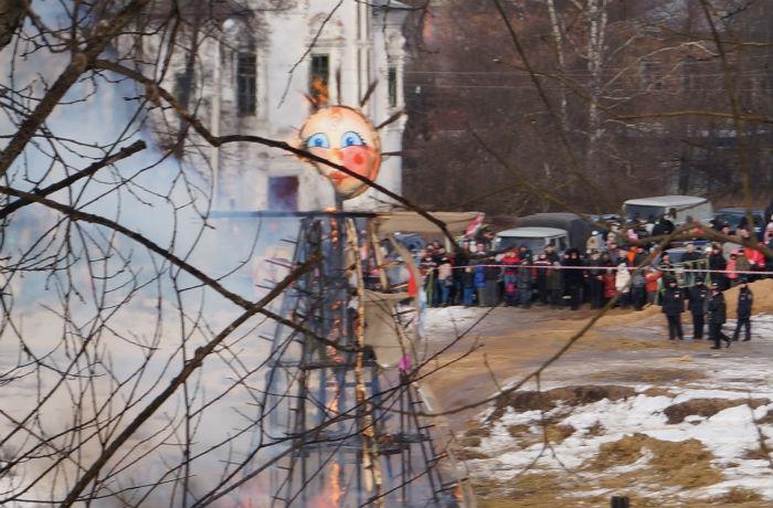 Тысячи вологжан пришли проводить зиму в центр города