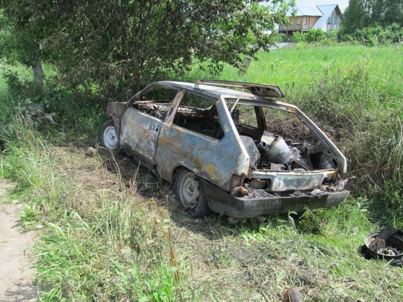 Вологжане сожгли машину, водитель которой чуть не сбил девушку