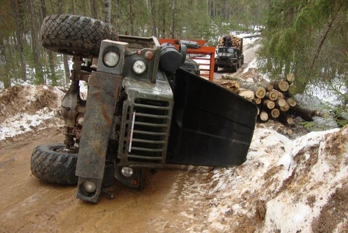В Вологодской области водителя придавило насмерть лесовозом
