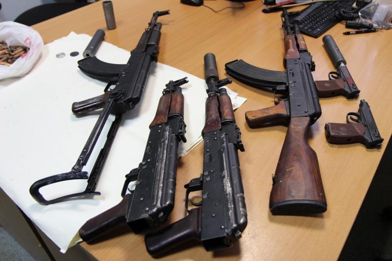 В Вологодской области в лесу нашли тайник с автоматами и пистолетами