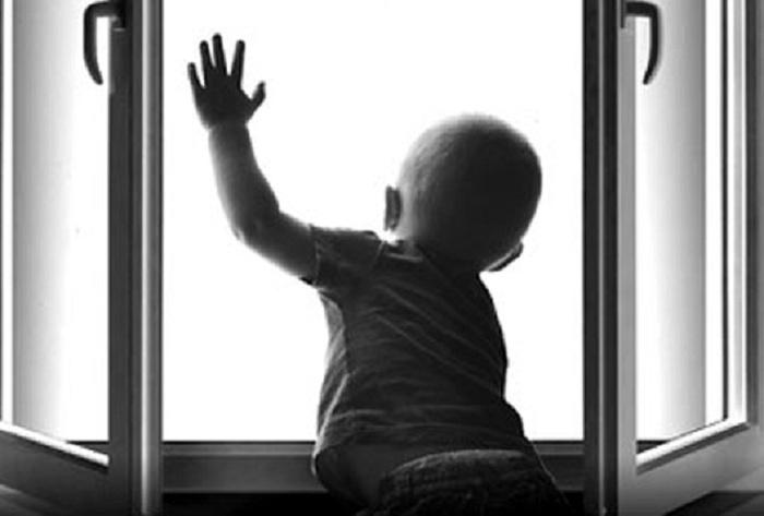 В Череповце выпал из окна двухлетний ребенок