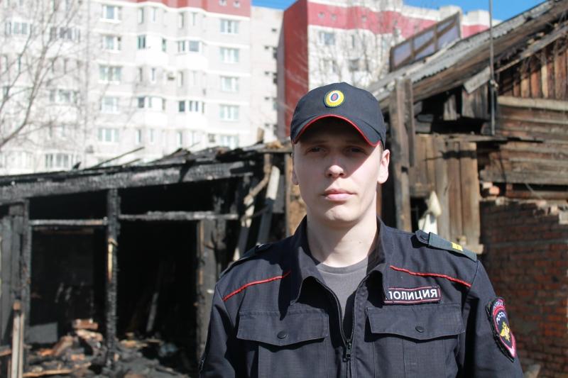 Полицейский спас людей из горящего дома в Вологде