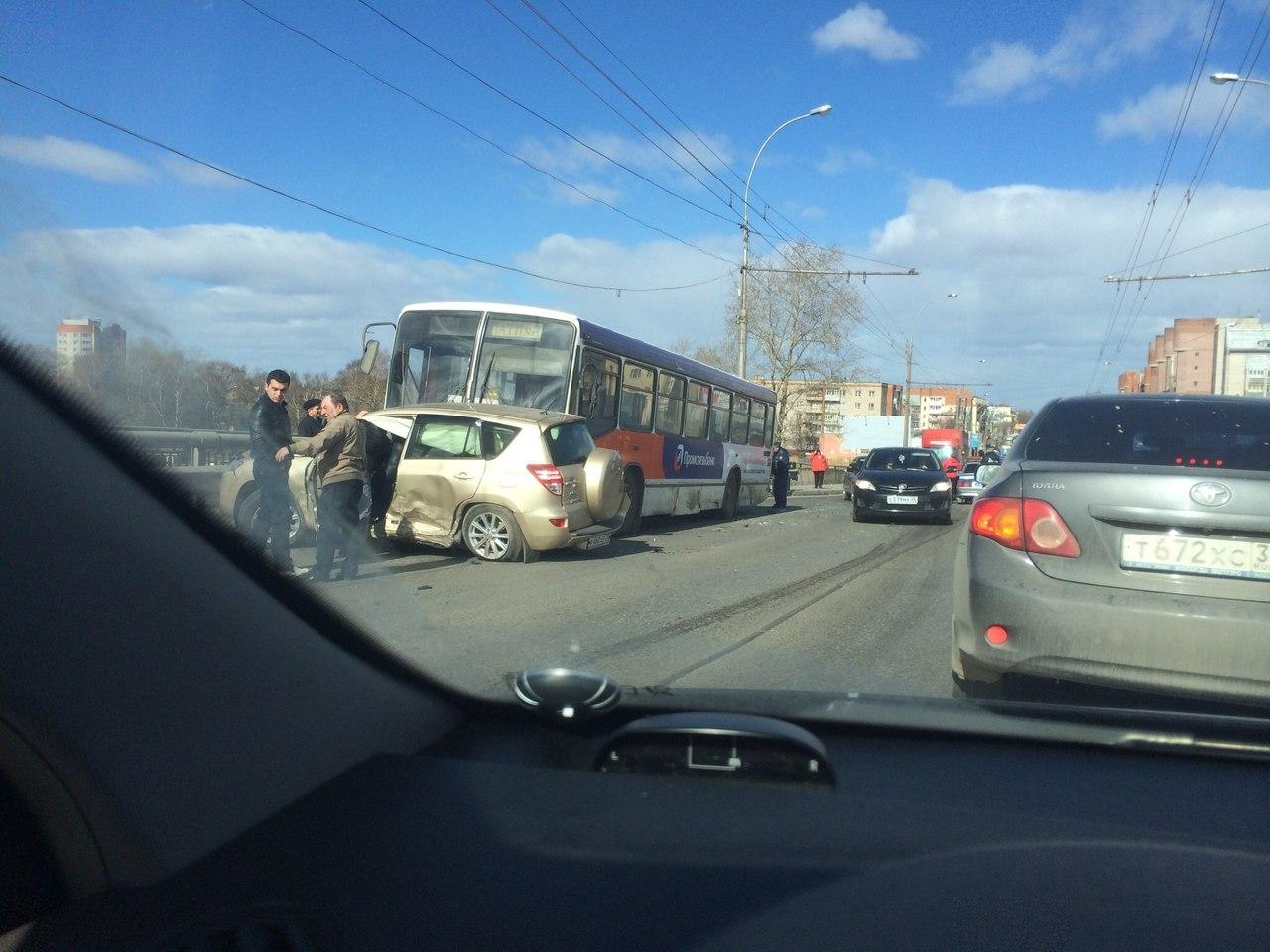 На Ленинградском мосту в Вологде три автомобиля столкнулись с автобусом