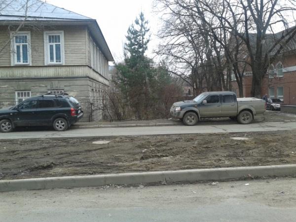 Нет парковки? Не беда! На газоне места всем хватит