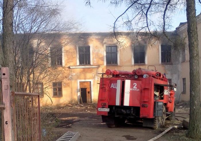 В Вологде горело здание бывшей школы на Гагарина