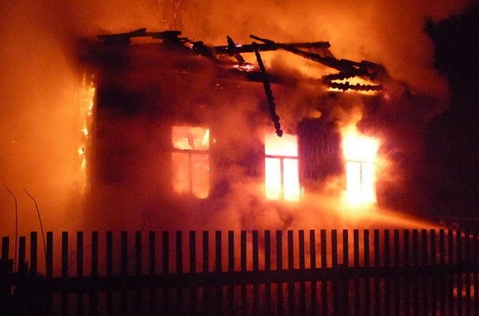 Под завалами сгоревшего дома в Вологодской области нашли трупы женщины и ребенка