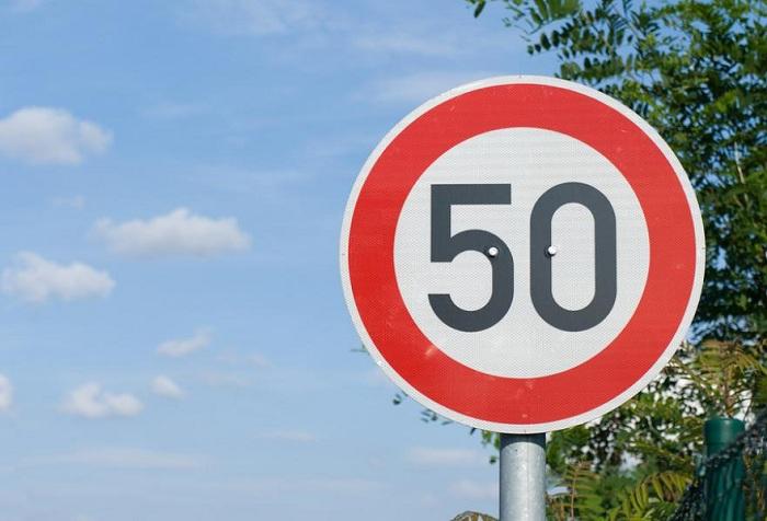 Предельно допустимую скорость в населённых пунктах могут снизить до 50 километров в час