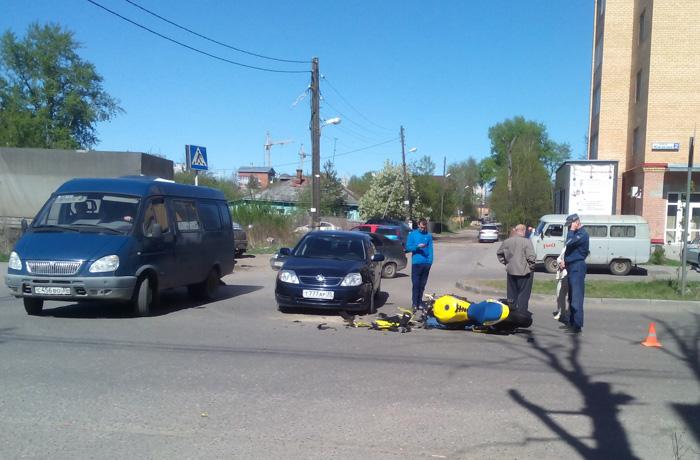 Мотоцикл и иномарка столкнулись в Вологде