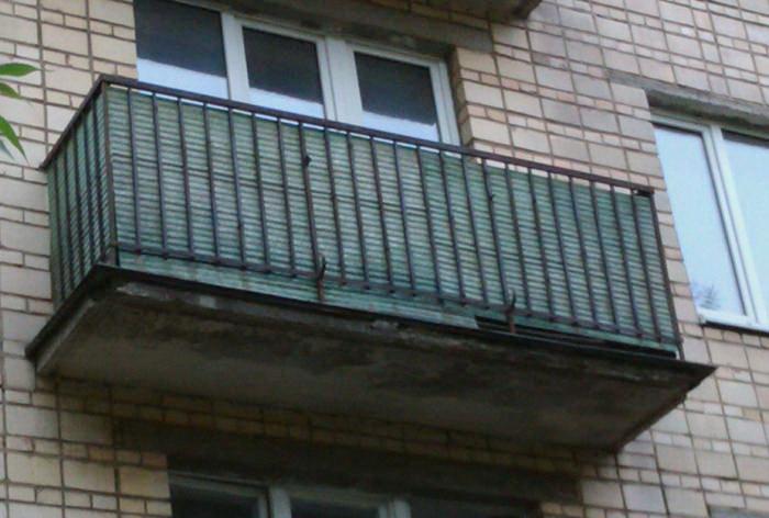 Череповецкий школьник сорвался с балкона, показывая другу, как залезть в квартиру