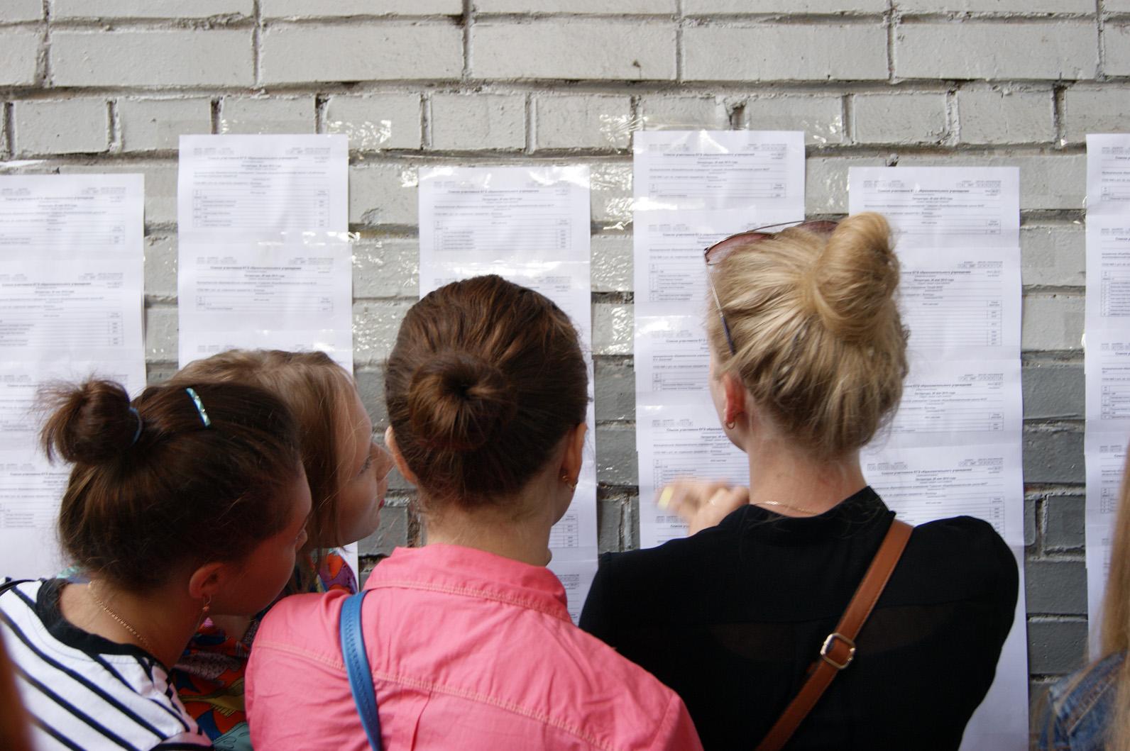 Выпускники школ сдают первые ЕГЭ по выбору