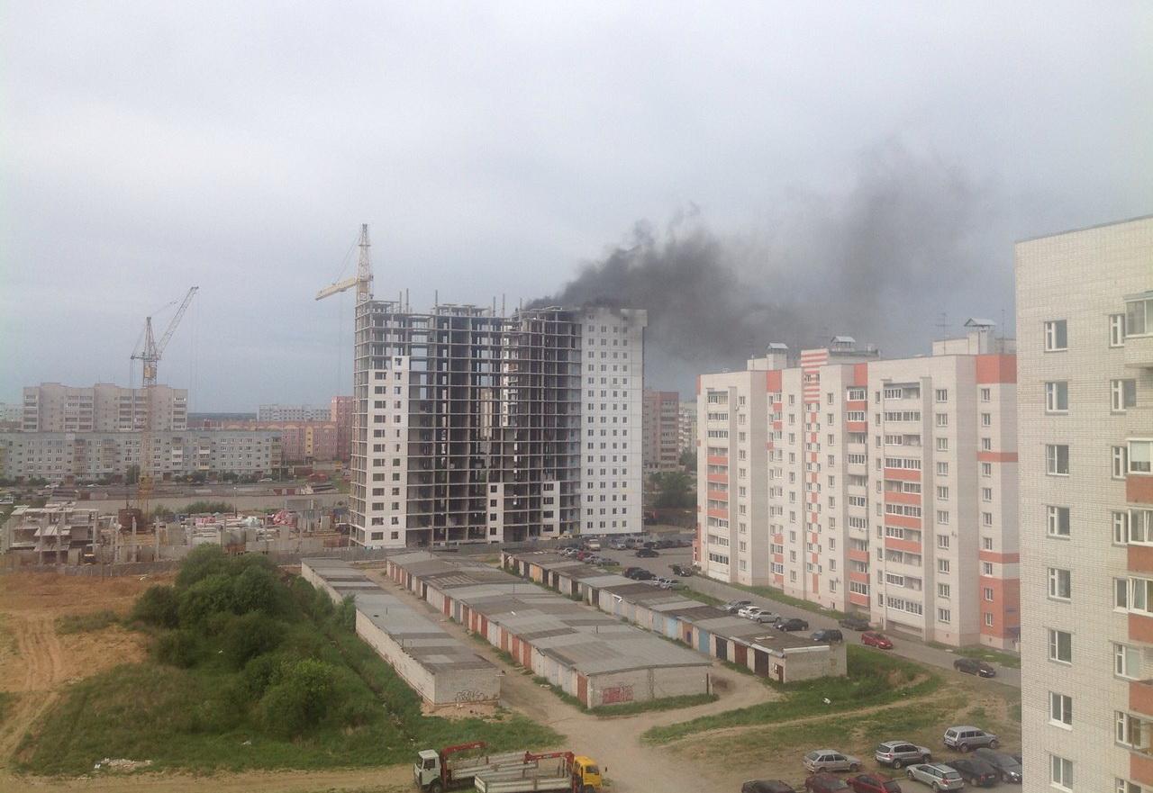 Строящийся многоквартирный дом горит в Вологде
