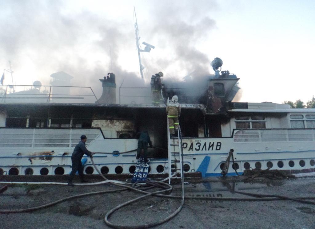 В Вологодской области при пожаре на теплоходе пострадала женщина