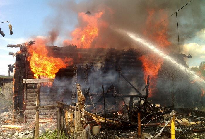 В Вологодской области пьяные хозяева забыли позвонить пожарным, спасая вещи из горящего дома