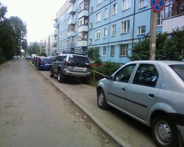 На тротуаре у дома Панкратова 66-б
