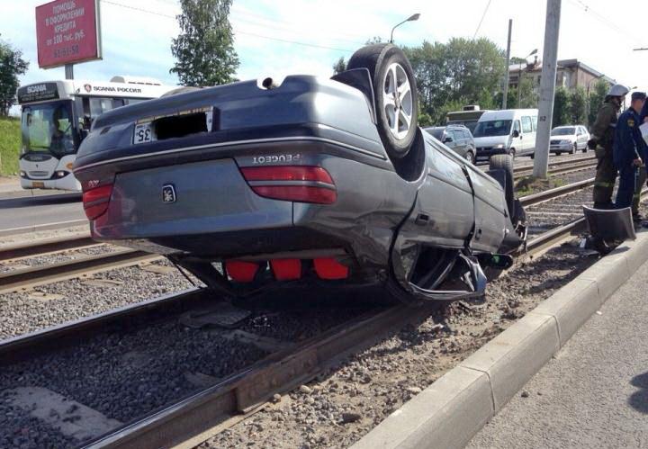 В Череповце на трамвайных путях перевернулась иномарка