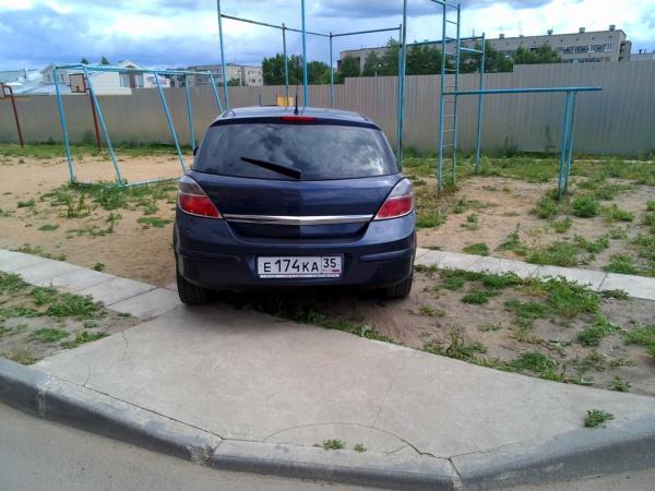 Парковка на детской площадке Конева, 26а