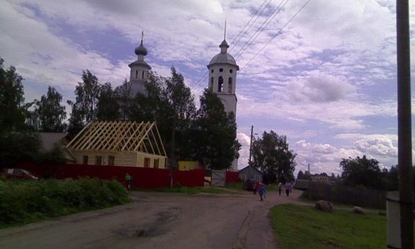 Домик с видом на храм