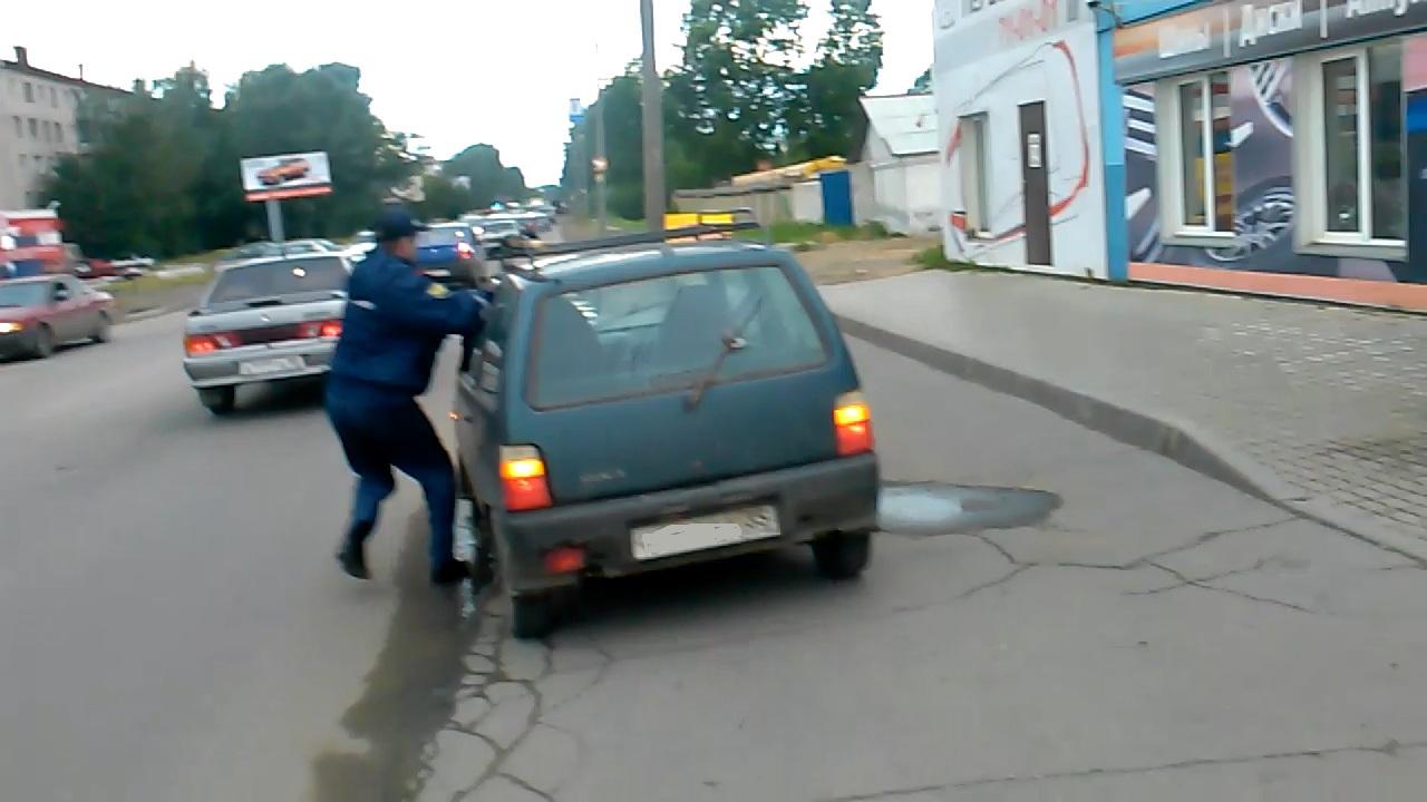 В Вологде водитель-наркоман прищемил руку полицейскому