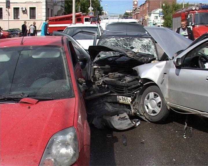 ДТП из 5 машин в Череповце: 4 человека пострадали