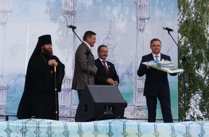 На день рождения Вологде подарили Олимпийский дом Деда Мороза и средство от пробок