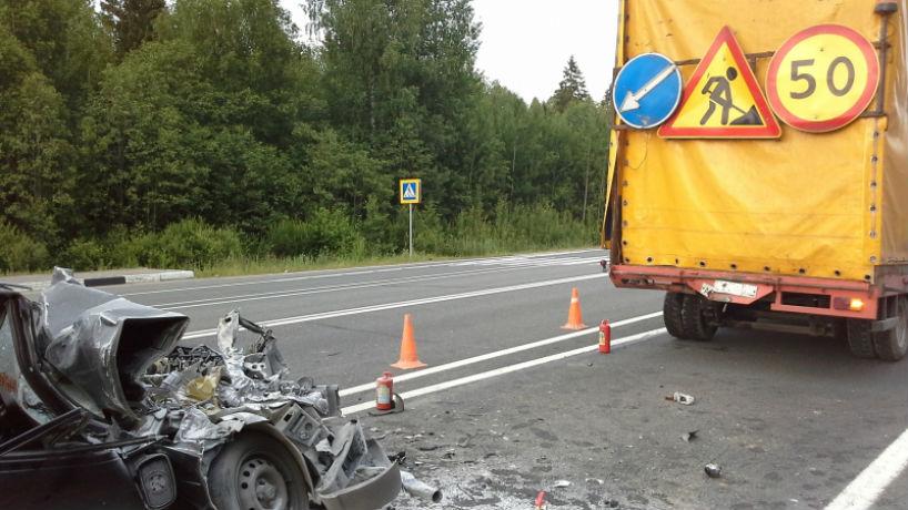 Легковушка въехала в грузовик на трассе Вологда –Новая Ладога: погиб человек