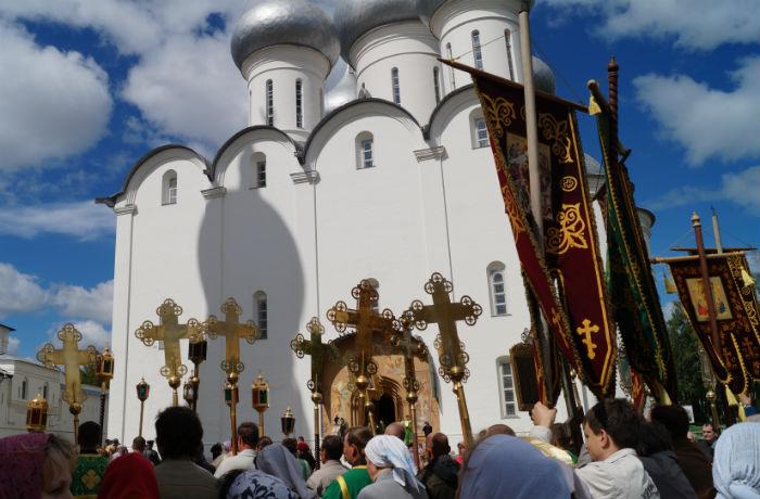 Сотни человек отметили день вологодских  святых