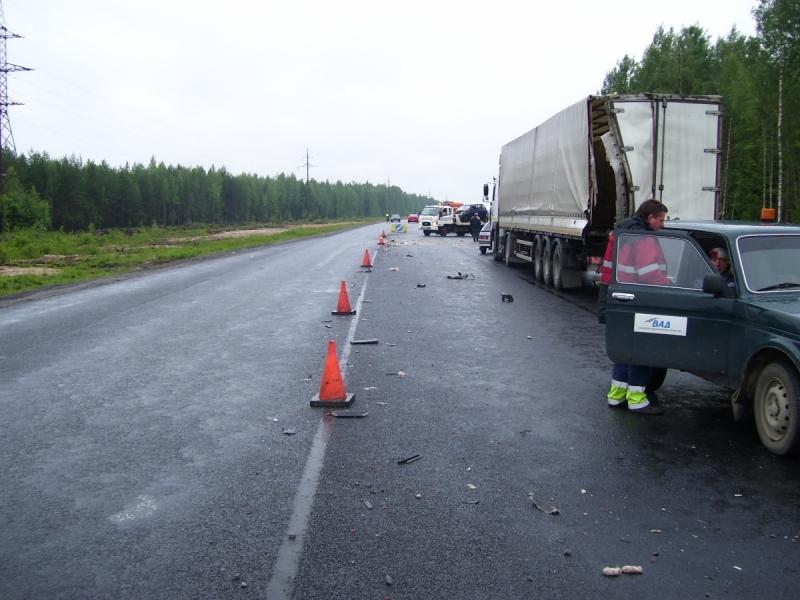 Три грузовика и легковушка столкнулись на трассе Вологда - Новая Ладога