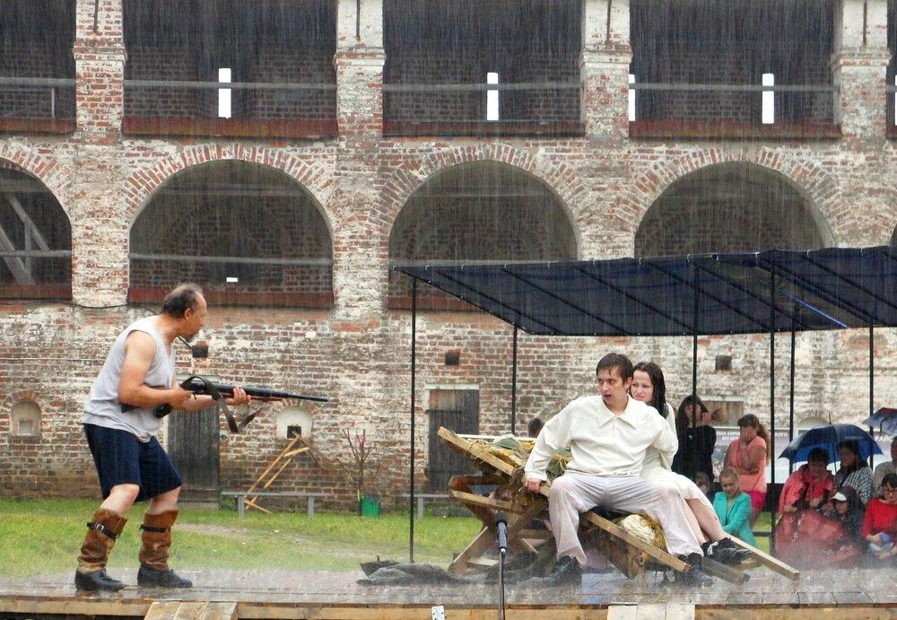 Актеры из Березников играли спектакль под проливным дождем в Кириллове
