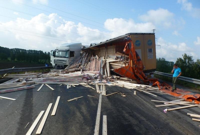 Два грузовика столкнулись в Вологде: погиб водитель