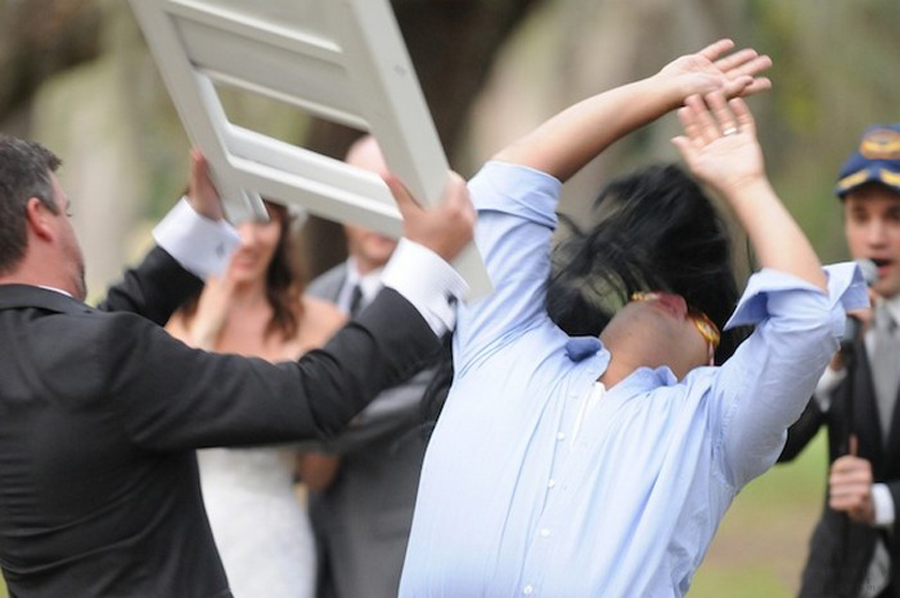Незваного гостя избили на свадьбе в Вологде