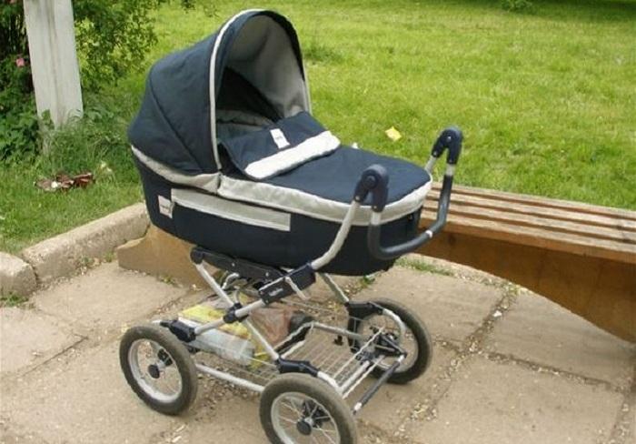 На улице в Череповце нашли коляску с плачущим малышом