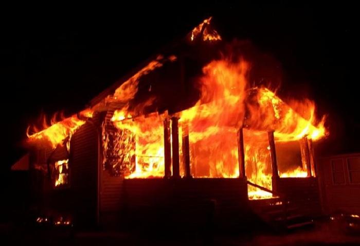 Во время ночного пожара в доме в Вологодской области погиб лесозаготовитель