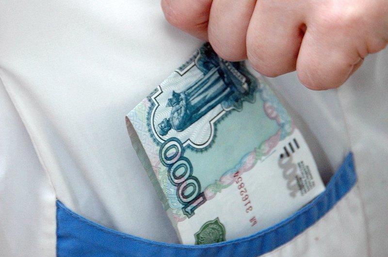 Череповецкий врач брал взятки за выдачу справок без прохождения медосмотра