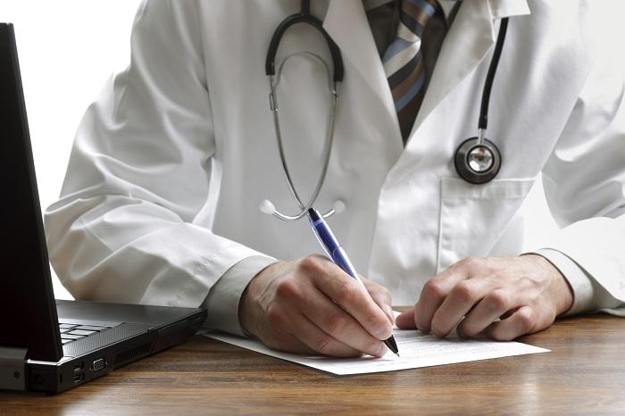 Российских врачей хотят штрафовать за указание фирменных названий лекарств в рецептах