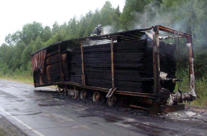 Груженная лесом фура загорелась на трассе  в Вологодской области
