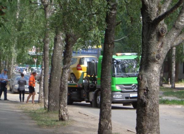 Эвакуация машин в центре Вологды