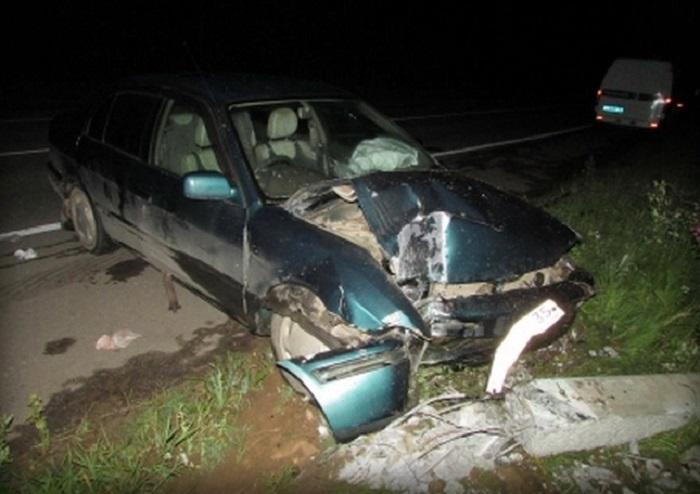 В Вологодской области пьяная женщина-водитель въехала в столб линии электропередач