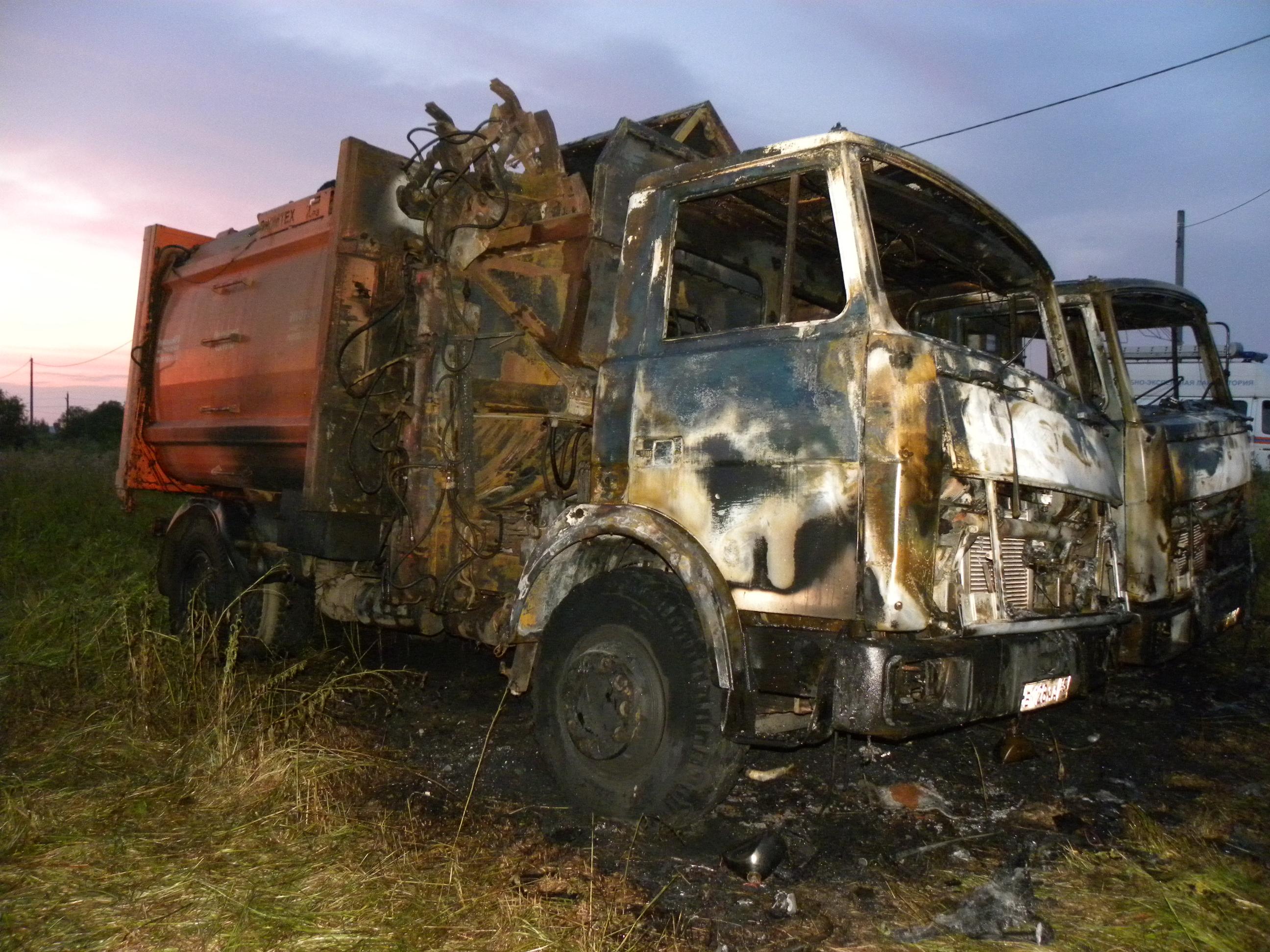 Два мусоровоза подожгли ночью в Вологде