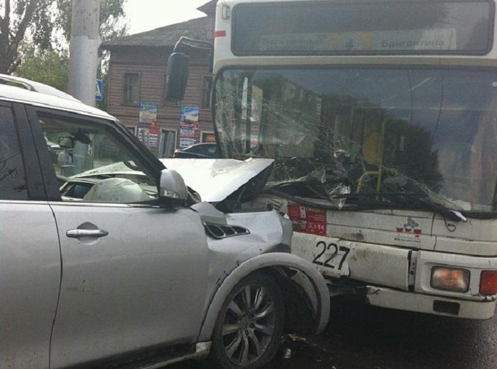 В Вологде столкнулись троллейбус и иномарка