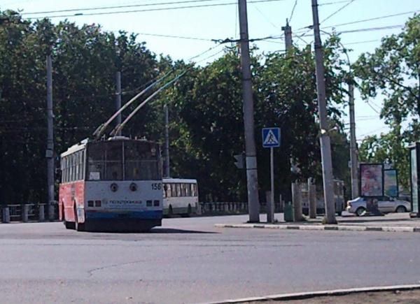 Водители троллейбусов курят во время движения