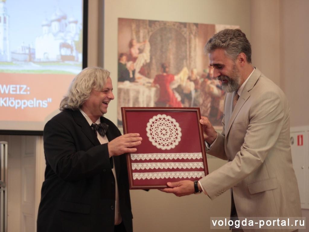 В вологодском музее кружева появились новые экспонаты из Швейцарии и Лихтенштейна