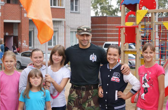 Зарядку для детей в Вологде провел боец ОМОНа