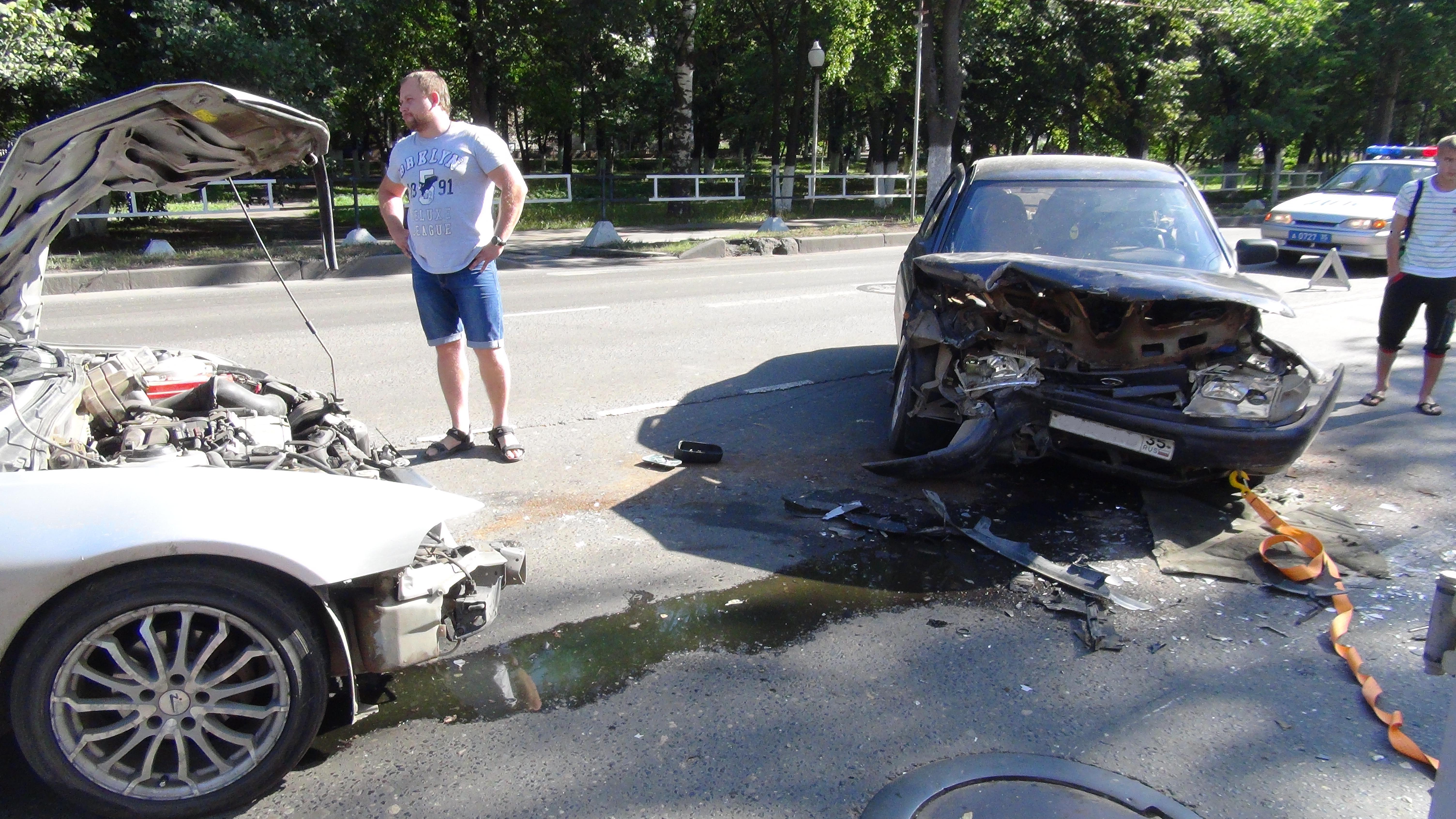 Два водителя пострадали в Вологде в ДТП на  Авксентьевского