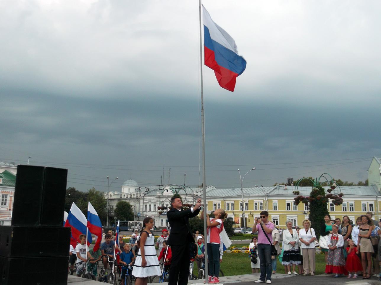 Флаг России над центральной площадью Вологды подняли дети вместе с Олегом Кувшинниковым