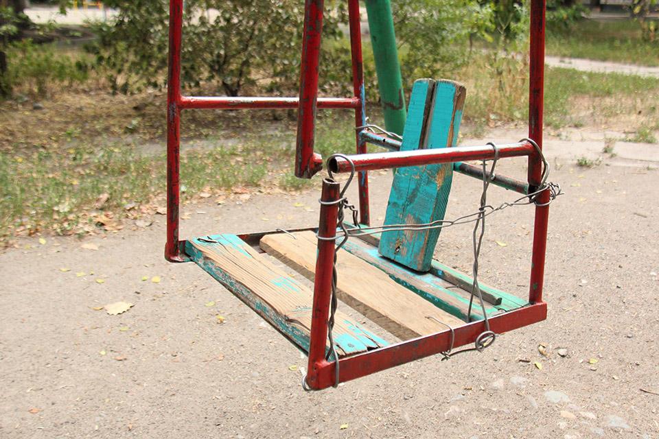 Девочка сломала ногу из-за неисправных качелей в Вологде